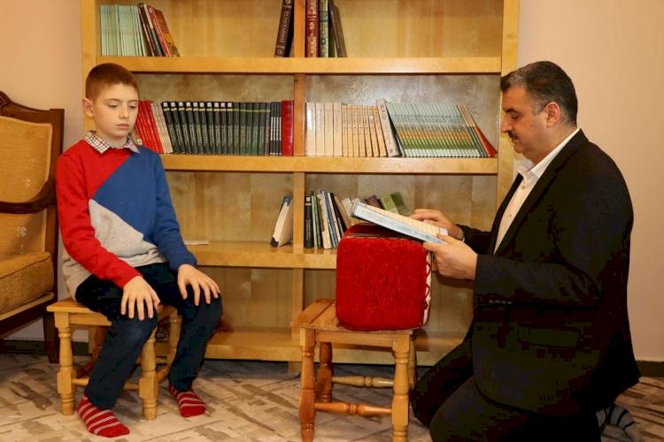Kur'an aşığı Suriyeli çocuk 8 ayda hafız oldu