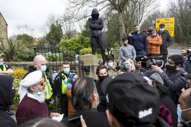 İngiltere'de Hz. Muhammed'e hakaret içerikli karikatürler gösteren küstah öğretmen protesto edildi