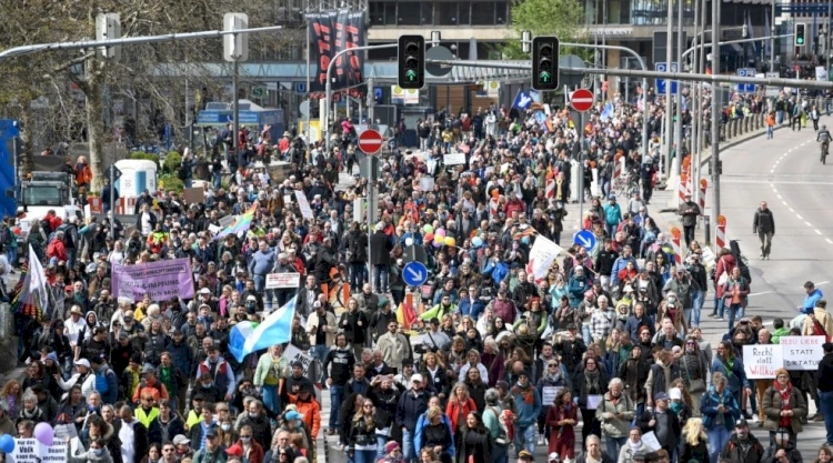 Almanya'da Corona tedbirleri protesto edildi