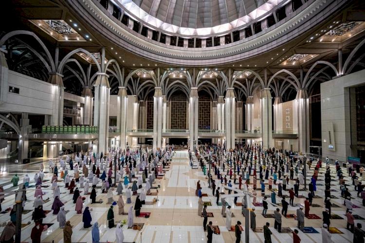 Covid-19 önlemleri gölgesinde dünyadan Ramazan manzaraları