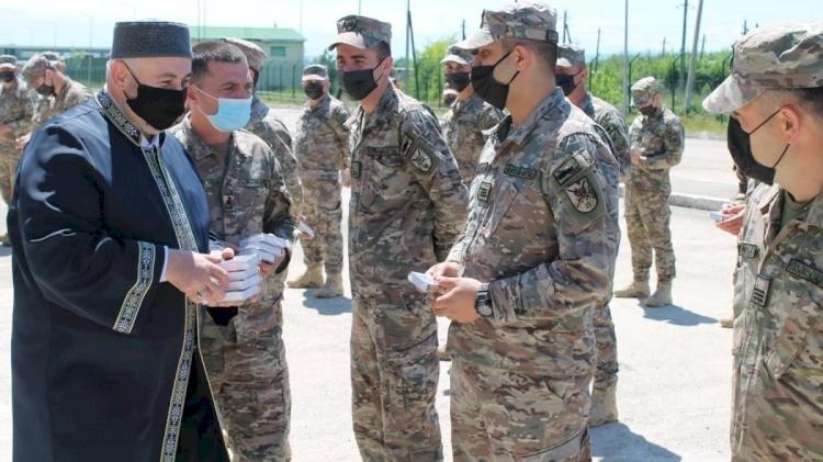 Ordudaki Müslüman askerlere Kur'an-ı Kerim dağıttılar