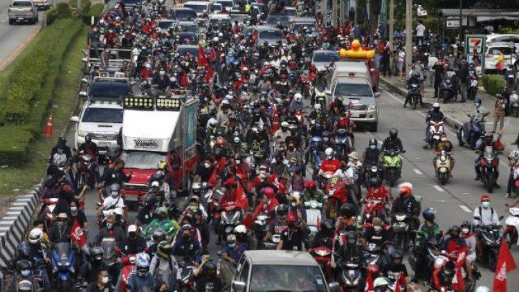 Tayland'da hükümet karşıtı protestocular konvoy oluşturdu
