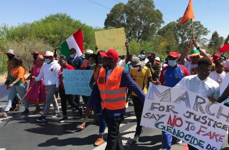 Almanya ile varılan 'soykırım anlaşması'nı reddeden Namibyalılar meclise yürüdü