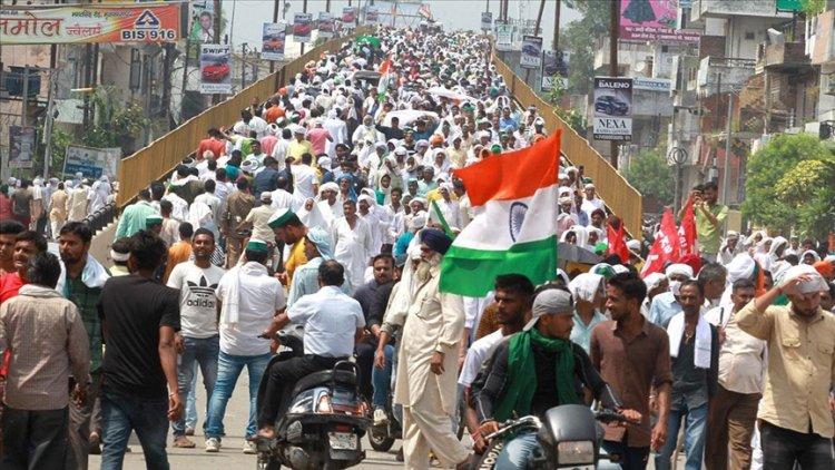 Hindistan'da yeni tarım yasalarının iptali talebiyle binlerce kişi sokağa döküldü